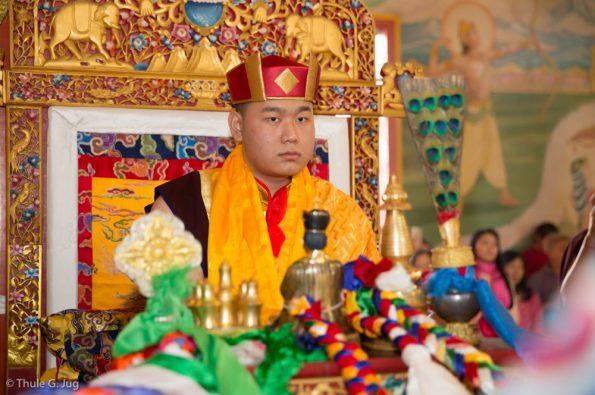 Kagyu-Monlam-2016.-Karmapa-presents-a-red-hat-to-Jamgon-Kongtrul-Rinpoche