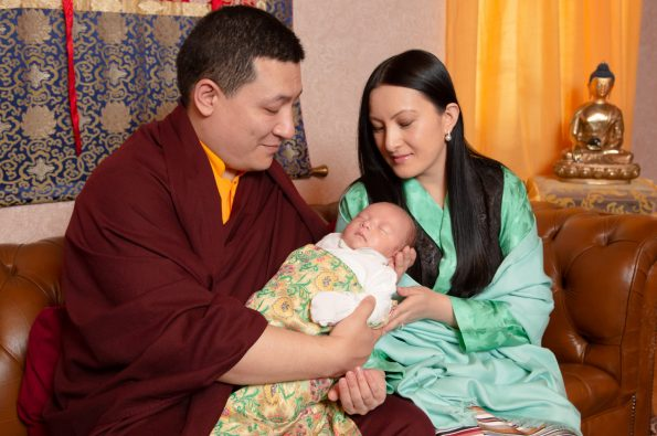 Gyalwa-Karmapa-and-his-wife-Sangyumla-come-to-Dhagpo-Kagyu-Ling-with-their-1-month-old-baby.-Portraits-and-group-pictures
